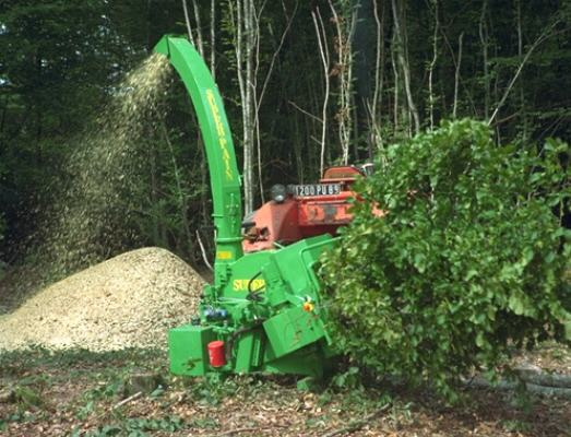 SUPER-PAIN 900 chipper on tractor, with hydraulic bough-dragger.