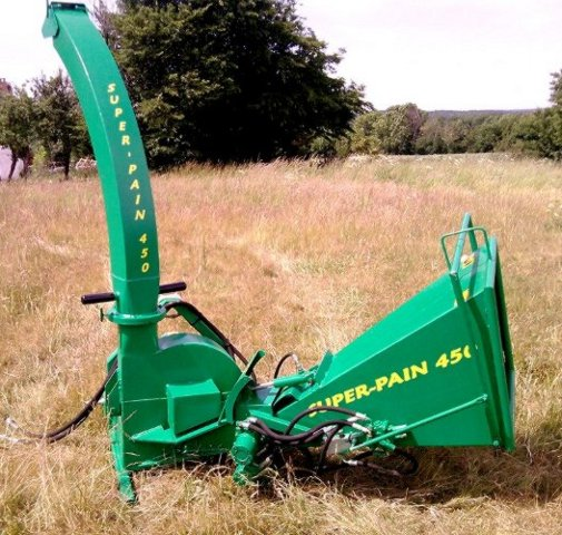 SUPER-PAIN 450 chipper on tractor with hydraulic bough-draggers